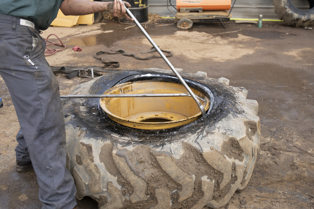 Demounting the bead with tire bars